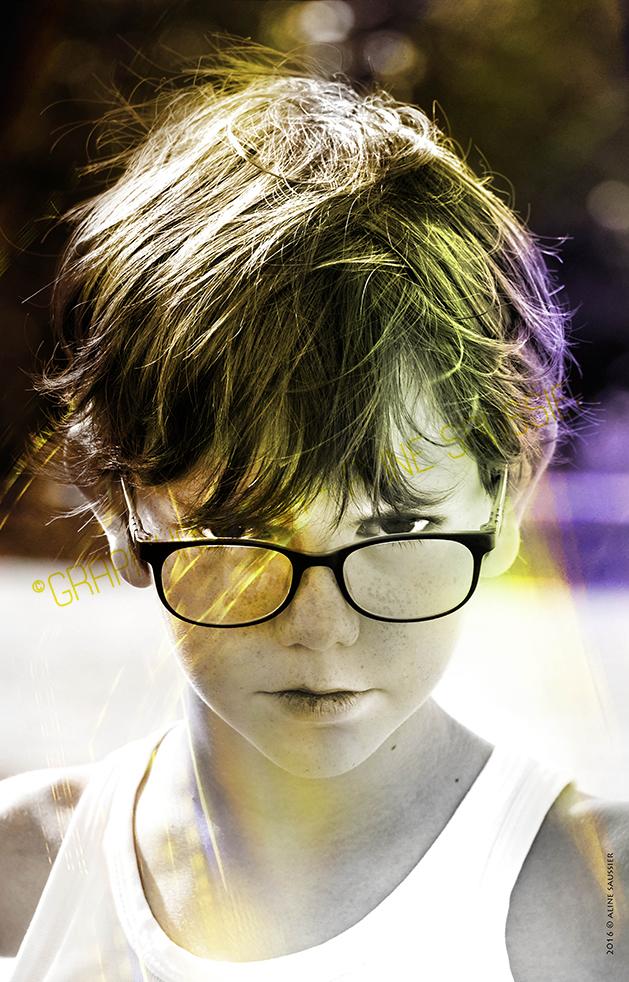 photo enfant marcel pas content lunette